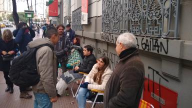 AUDIO: Pasan la noche en el Consulado italiano para tener un turno