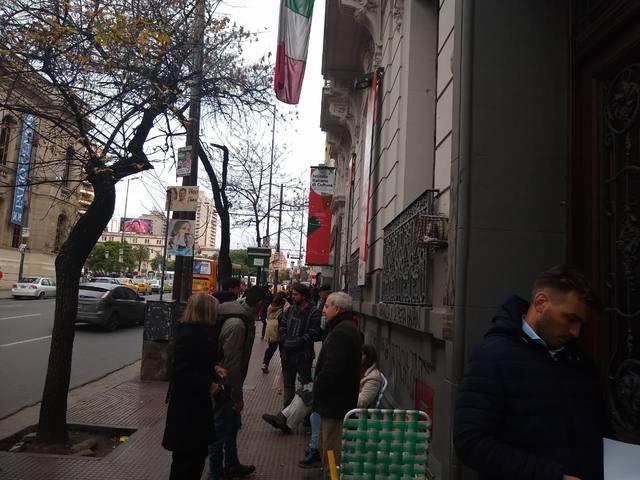 FOTO: Pasan la noche en el Consulado de Italia para tener un turno