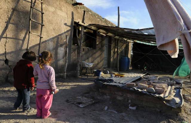 FOTO: Una familia necesitó casi $30 mil en abril para no ser pobre