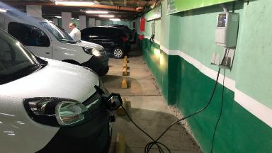 AUDIO: Una playa en Córdoba ya carga autos eléctricos