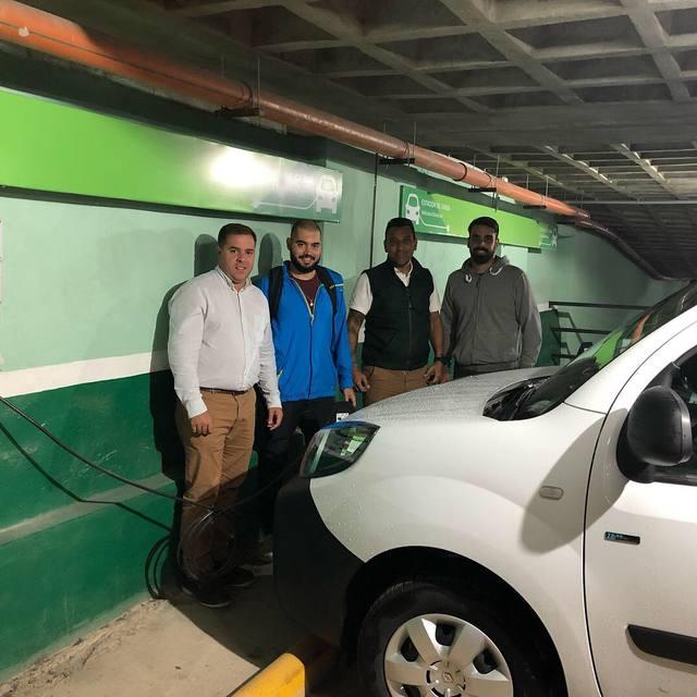 FOTO: Una playa en Córdoba ya carga autos eléctricos