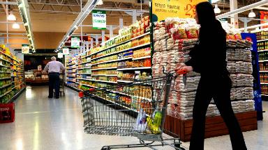 FOTO: El decreto de Macri en referencia al IVA en alimentos básicos vence este martes.