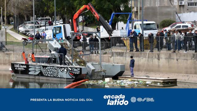 FOTO: Limpian arroyo de Rosario con una singular máquina flotante