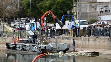 AUDIO: Con una máquina flotante local, limpian un arroyo de Rosario