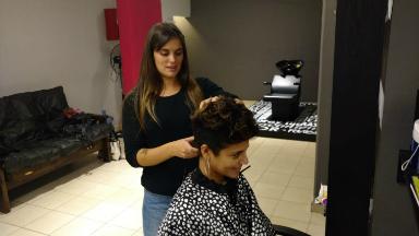 AUDIO: Peluquería corta el pelo a cambio de frazadas y abrigos
