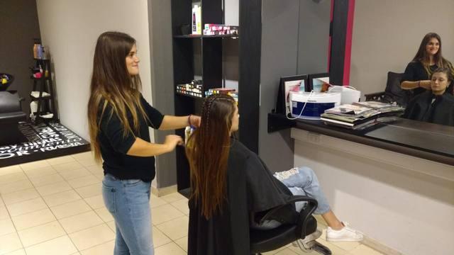 FOTO: Es peluquera y ofrece un corte por frazadas y abrigos