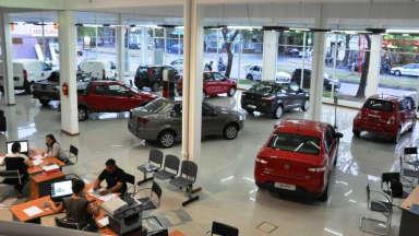 AUDIO: Ligero crecimiento de venta de autos con respecto a abril