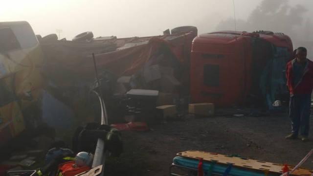 FOTO: Fuerte choque y vuelco en La Francia: un muerto y 22 heridos
