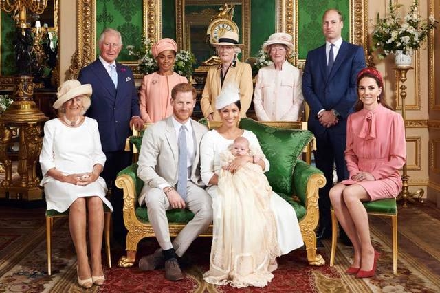 FOTO: La Reina, ausente en el bautismo del hijo de Harry y Meghan