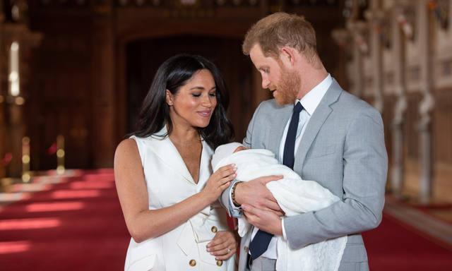 FOTO: Meghan Markle y el príncipe Harry presentaron a su hijo