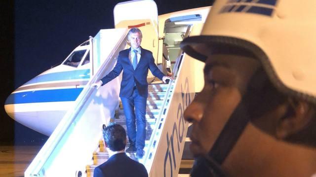 FOTO: El jefe de Estado, bajando del avión en Brasilia.