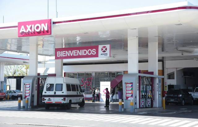 FOTO: Axion bajó hasta 2,6% el precio de sus combustibles