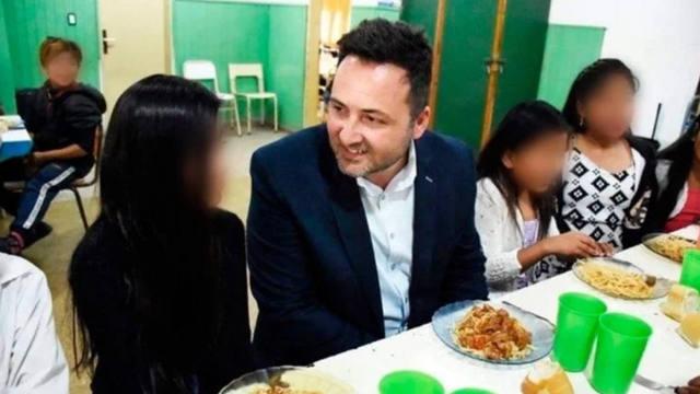 FOTO: Polémica por la foto de un intendente comiendo en un colegio