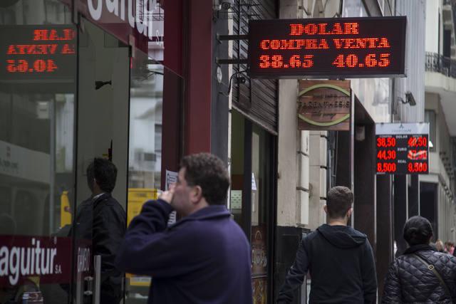 FOTO: El dólar cerró la semana arriba de $ 40 y marcó nuevo récord