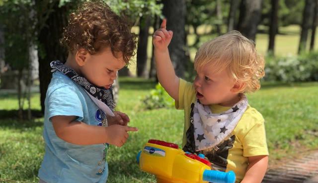 FOTO: Mirko y Felipe se reconciliaron con un cariñoso abrazo