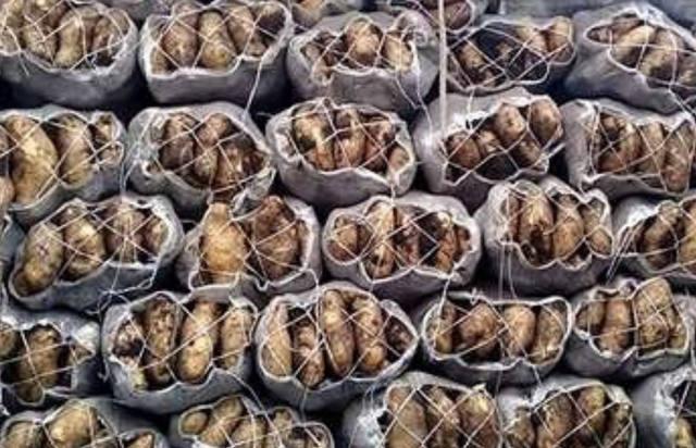 FOTO: Murió un comerciante aplastado por 10 bolsas de papas