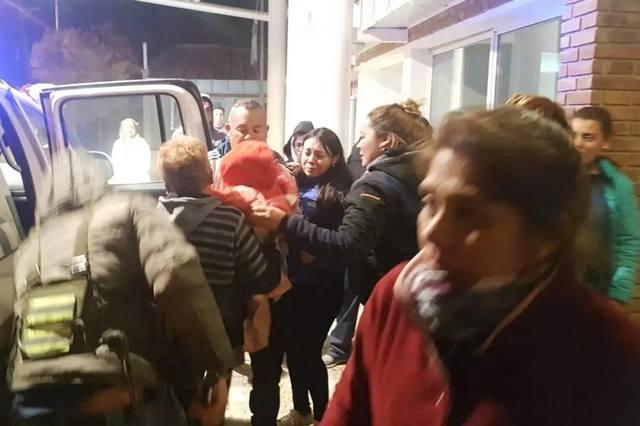 FOTO: Rescatan a familia que estuvo perdida dos días en la montaña