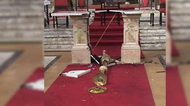 AUDIO: Un indigente prendió fuego el altar de una iglesia.