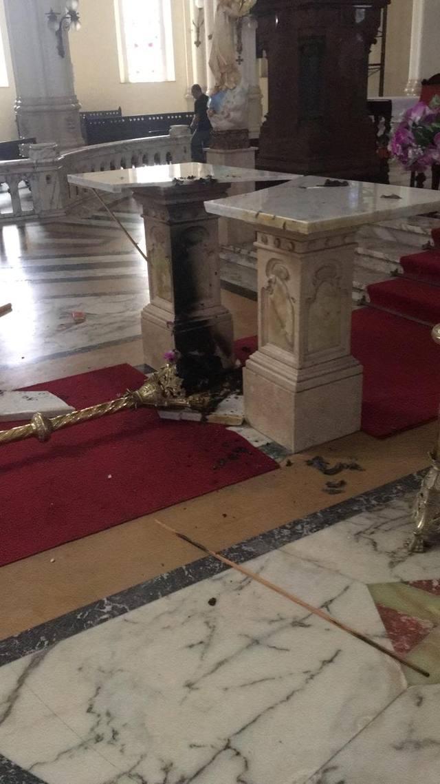 FOTO: Atacante solitario quema altar de una iglesia en Caballito