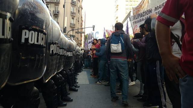 FOTO: Máxima tensión en centro porteño por marcha de trabajadores