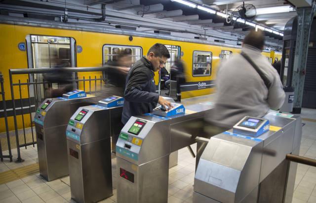 FOTO: Ordenan no cobrar boleto si no funcionan ingresos mecánicos