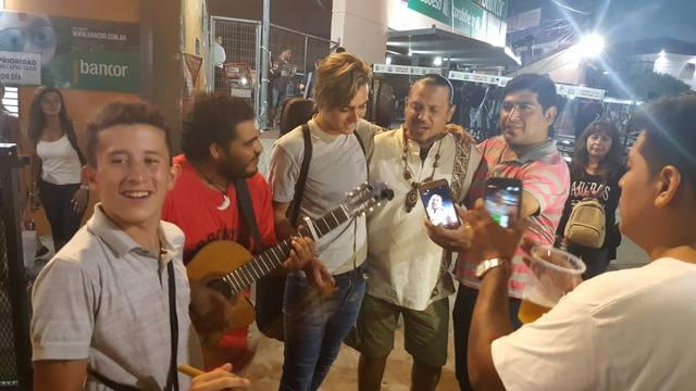 FOTO: Indio Rojas tocando en las calles de Cosquín