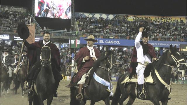 FOTO: Jorge Rojas y Urtubey desfilaron a lomo de caballos peruanos