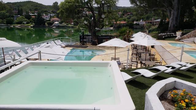 FOTO: El parador cuenta con piscina, reposeras y todo lo necesario