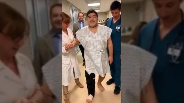 FOTO: Maradona volvió a caminar tras la operación en la rodilla