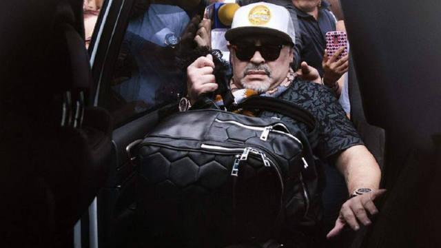 FOTO: Maradona, de alta tras ser operado de la rodilla derecha