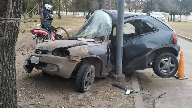 AUDIO: Impactante choque: un auto quedó abrazado a un poste