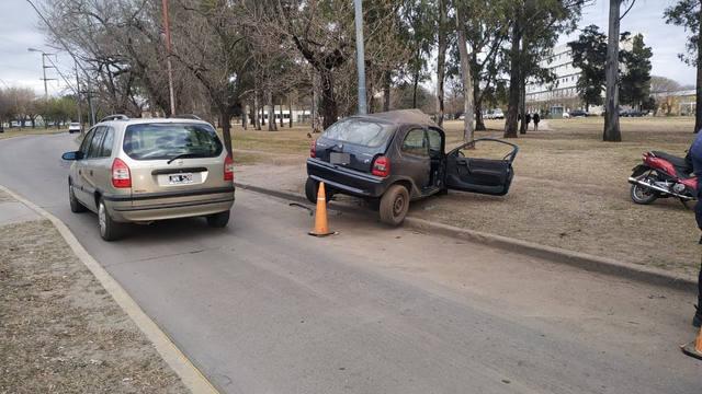 FOTO: Impactante choque: un auto quedó abrazado a un poste
