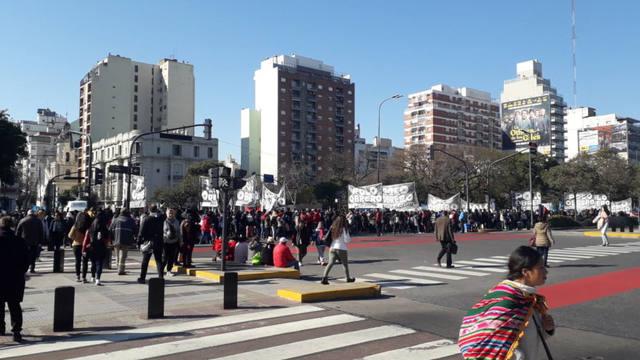 FOTO: Polo Obrero y grupos piqueteros marchan a la Plaza de Mayo