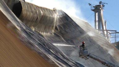 AUDIO: Trabajan para controlar el fuego en una cerealera de Ticino