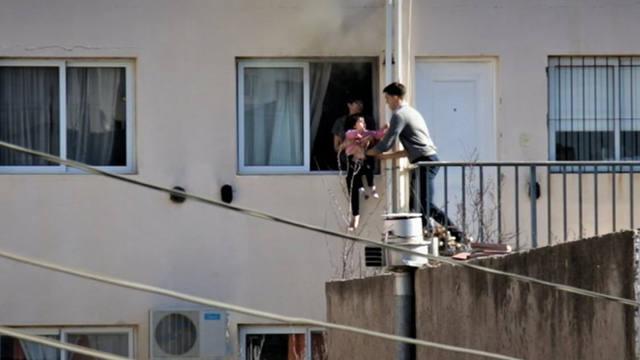 FOTO: Dramático rescate de una joven y su beba en un incendio