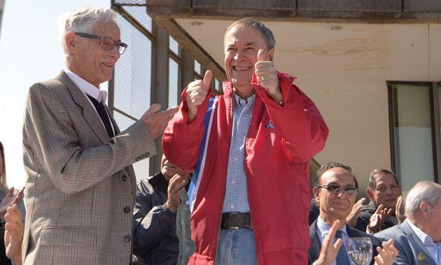 "FOTO: El gobernador Schiaretti le da el ""Bustos"" a Oreste Berta"