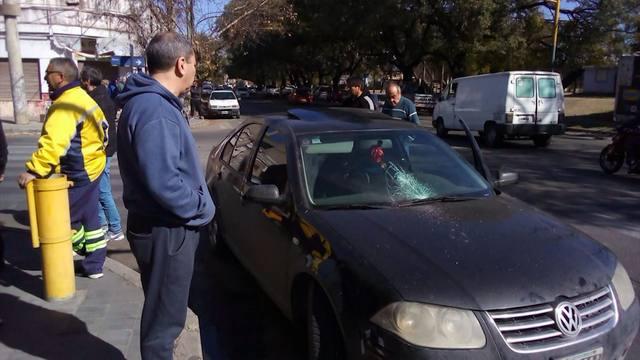 FOTO: Peleó con un vendedor de cubanitos y le rompió el auto