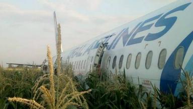 AUDIO: Avión ruso con 233 personas aterrizó de panza en un campo
