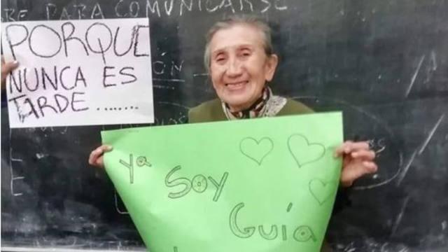FOTO: Tiene 75 años y se recibió de Guía de Turismo en Catamarca