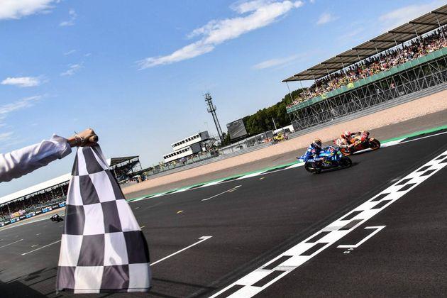 FOTO: ¡La mirada de Rins está puesta en Márquez, las motos cruzan la meta, la Suzuki gana!