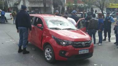 AUDIO: Atropelló a varios manifestantes y le destrozaron el auto