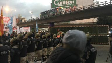 AUDIO: Trabajadores despedidos intentan cortar el puente Pueyrredón
