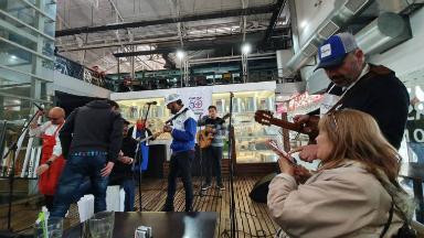 AUDIO: Los Tekis brindaron un mini show en el Mercado Norte