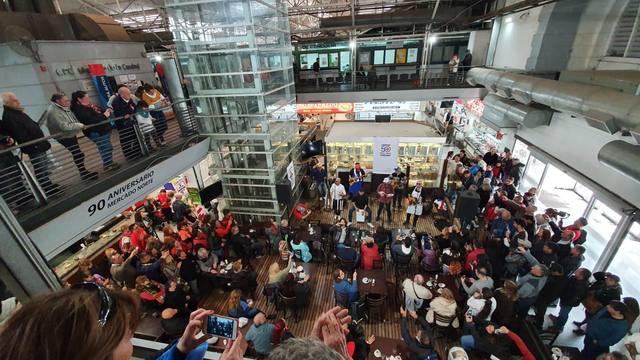 FOTO: Los Tekis sorprendieron a Mercado Norte con un show gratuito