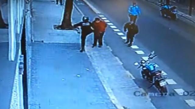 FOTO: Liberaron al policía que pateó y mató a un hombre