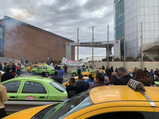 AUDIO: Transporte en Córdoba  Taxistas y remiseros unidos frustraron capacitación de Uber