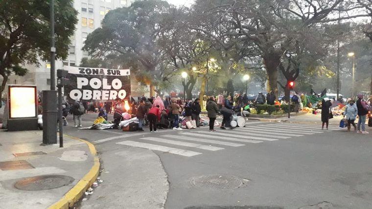 FOTO: Continúa el acampe de movimientos sociales en la 9 de Julio.