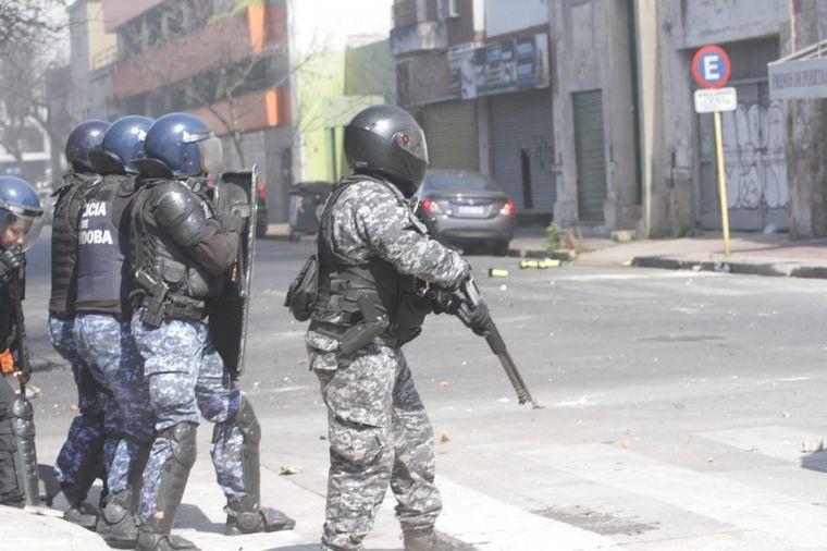 FOTO: El camarógrafo de Canal 8, Lucas Juárez, sufrió una pedrada en la cabeza.