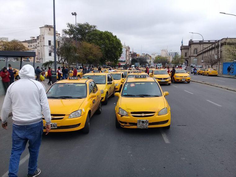 FOTO: Taxistas protestan en contra de Uber