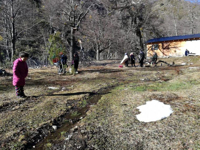 FOTO: Los manifestantes instalaron una bandera mapuche en una precaria vivienda.
